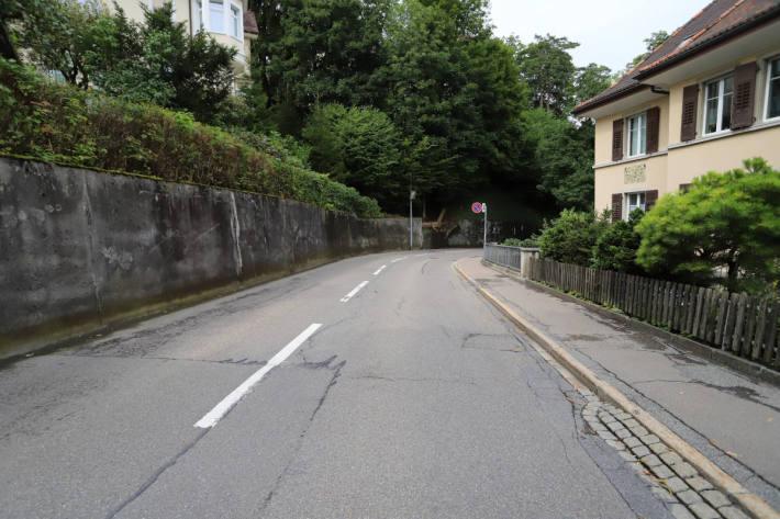 Fahrradfahrer stürzt nach Kollision mit Auto