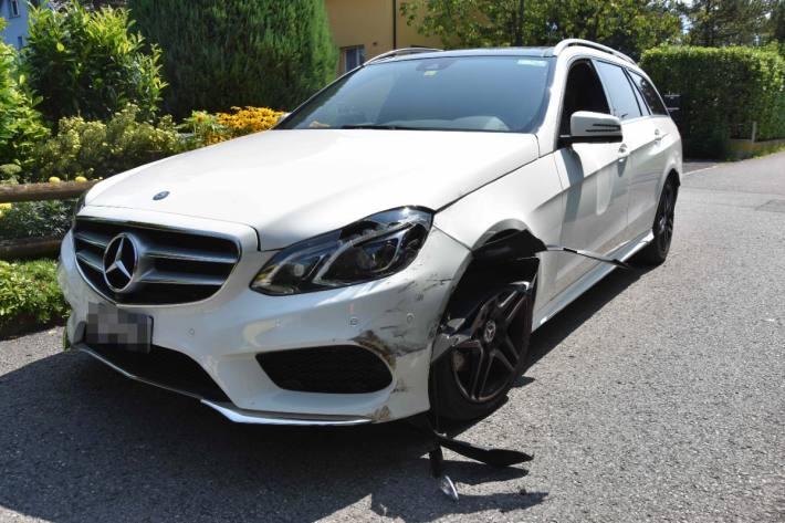 Der Mercedes wurde bei der Kollision auch beschädigt.