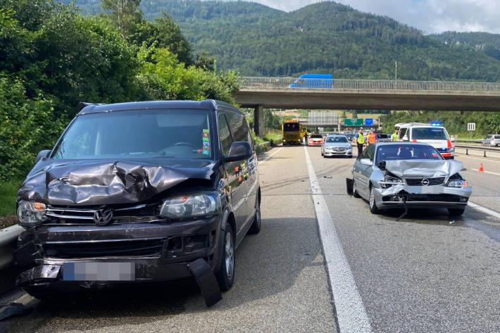 Drei verletzte Personen bei Auffahrunfall auf der A2 bei Egerkingen