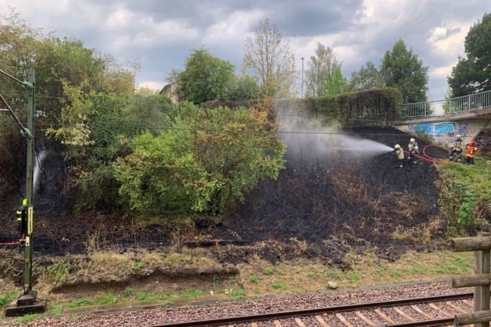 Löscharbeiten beim Vegetationsbrand vom 1. August 2020 am Bahndamm bei der Essigstrassse/Sonnenbühlstrasse in Riehen.