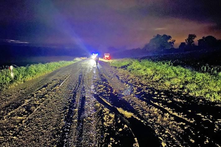 Wegen der verschmutzten Strasse verlor eine Autofahrerin bei Dettighofen TG die Kontrolle über das Fahrzeug, kam von der Strasse ab und kollidierte mit einer Trafostation