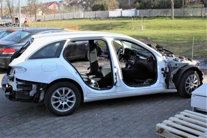 In der Nacht bauten Unbekannte in Heiligenstadt  diverse Autoteile von einem abgestellten Mercedes C-Klasse, T-Modell, ab