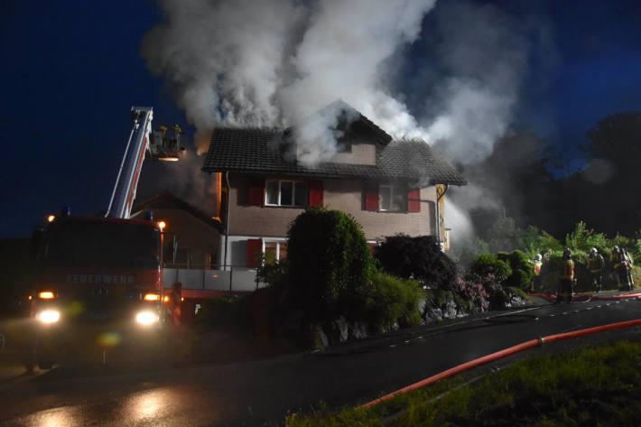 Löscharbeiten am brennenden Einfamilienhaus in Oberhelfenschwil