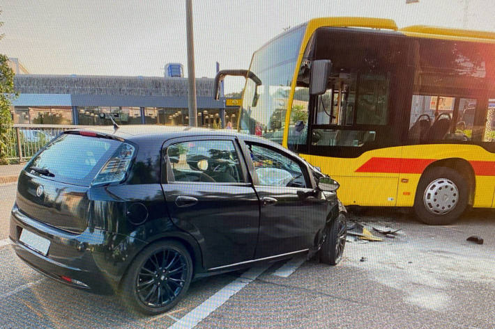 Kollision zwischen Linienbus und Auto in Basel