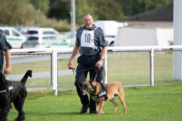 """Hundeführer Detlef Henning mit seinem Hund """"Prinz"""""""