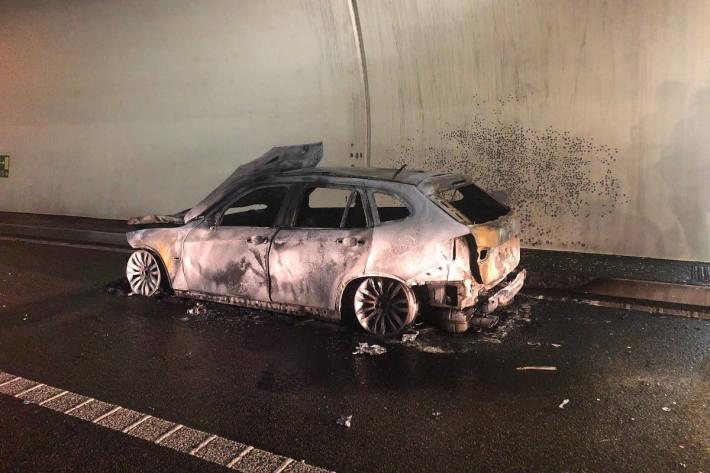 Ausgebranntes Fahrzeugwrack im Hausmatttunnel in Olten