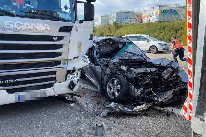 Auffahrkollision mit drei beteiligten Fahrzeuge auf der A1 bei Wiedlisbach