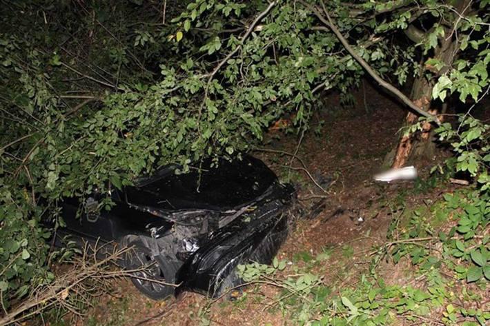 Das Fahrzeug war in Eitorf verlassen und der mutmaßliche Fahrer musste sich aufgrund vorhandener Blutspuren verletzt haben