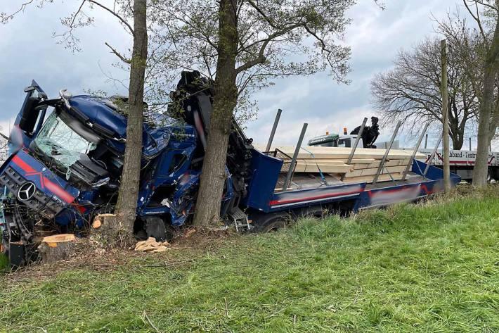 L333 nach schwerem Verkehrsunfall wegen Bergungsarbeiten über Stunden gesperrt