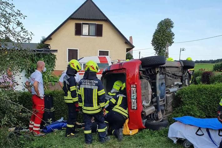 Ein Fahrzeuglenker kam mit seinem Fahrzeug von der Fahrbahn ab und blieb auf der Fahrerseite liegen