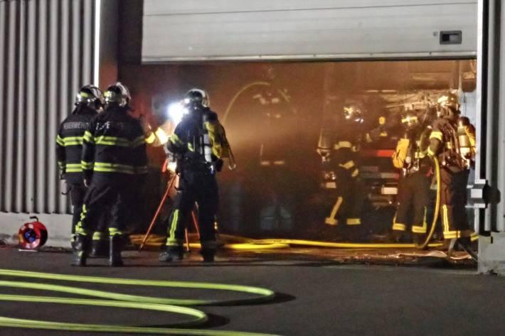 Bei einem Brand in einer Werkstatt in Tägerwilen wurde ein Lastwagen zerstört.