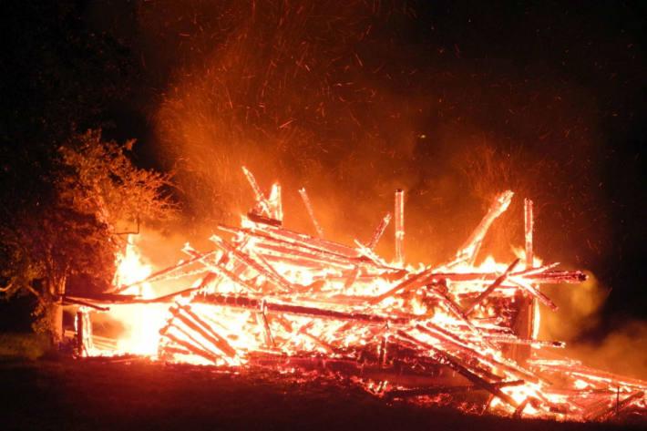 Der Stall brannte aus.