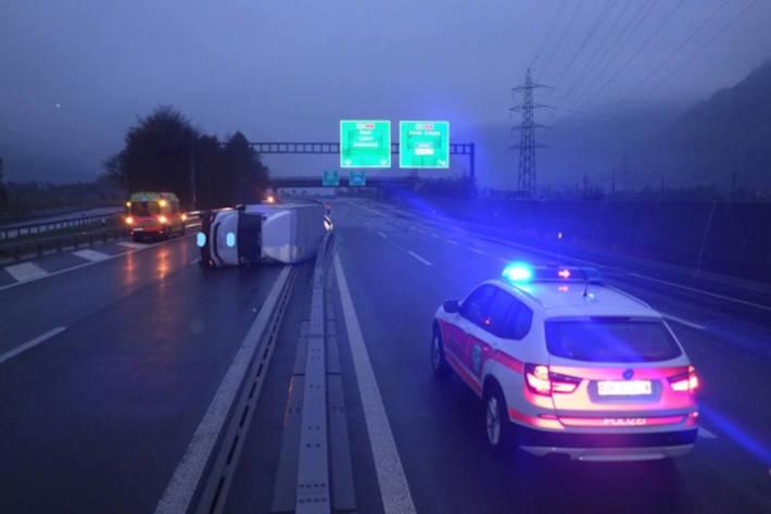 Umgekippter Lastwagen auf der A2 bei Altdorf