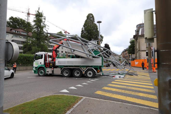 LKW kollidiert mit Ampelvorrichtung in St.Gallen und reisst diese herunter