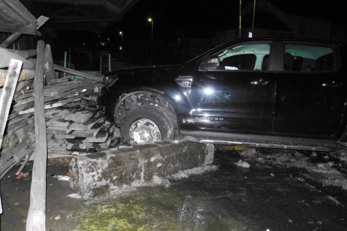 Lenker eines Personenwagens verursacht mehrere Kollisionen in Reichenburg