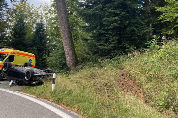 Bei Glashütten AG hat gestern eine Autolenkerin die Kontrolle über den Mercedes verloren.