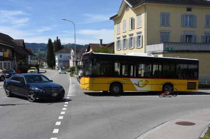 Das Velo wurde durch den Aufprall des Autos gegen ein stehendes Postauto in Ganterschwil geschleudert