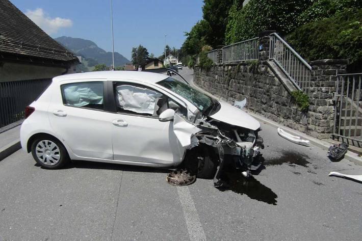 Am Personenwagen entstand in Mollis Totalschaden