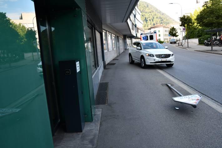 Autolenker fährt in Chur GR in Signaltafel-