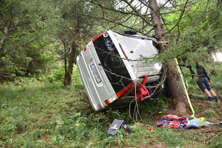 Kleinbus stürzt Böschung herab und überschlägt sich bei Poschiavo