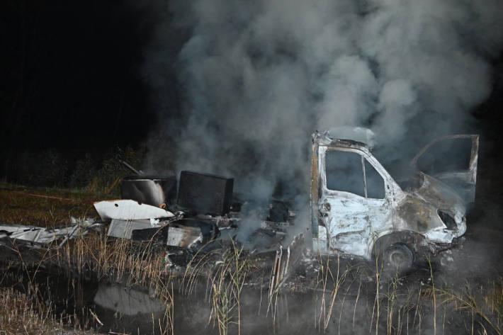 Mit gestohlenem Lieferwagen Unfall gebaut und angezündet