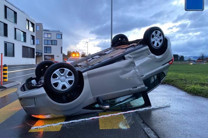 In Cham ZG hat sich ein Auto bei einem Unfall überschlagen.