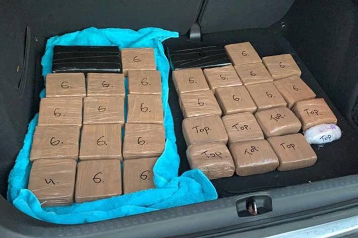 Sichergestelltes Heroin und Kokain im Kofferraum des Bunkerfahrzeugs in  Neunkirchen im Saarland