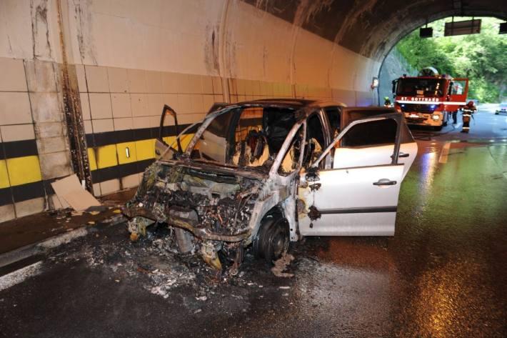 In Gurtnellen brannte gestern auf der Autobahn A2 ein Auto.