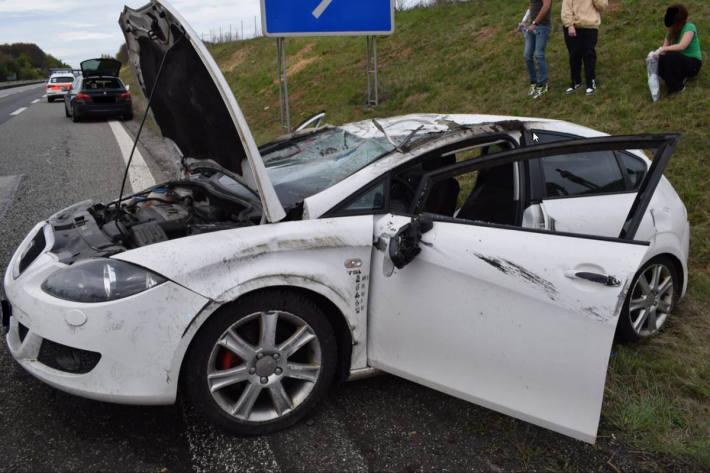 Der PKW eines 25-jährigen überschlug sich mehrfach, wobei der Fahrer und 3 weitere Fahrzeuginsassen verletzt in Mehlingen wurden