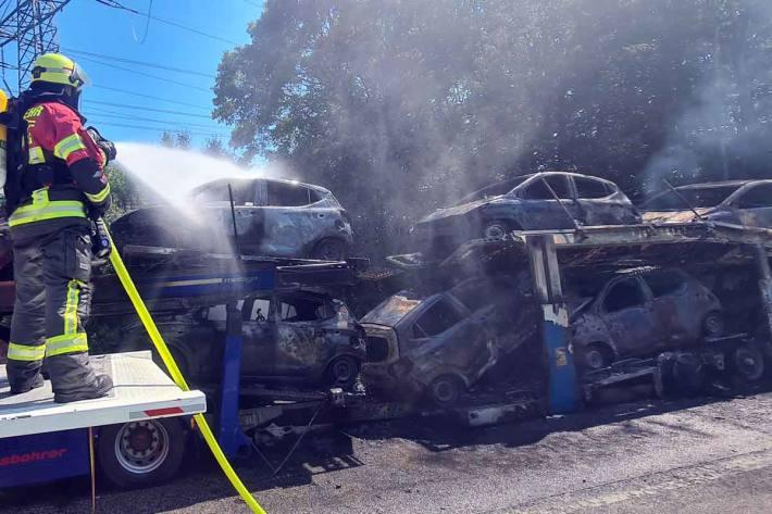 Feuerwehr löscht Autotransporter auf der A210