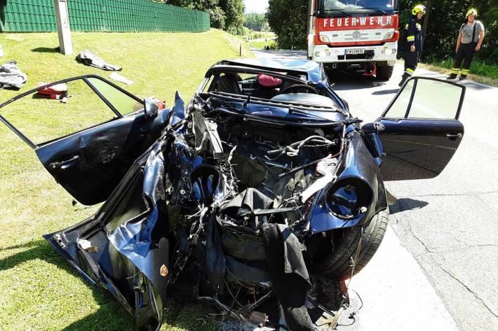 Ein Sportwagen war mit einem Kleinbus zusammenstoßen