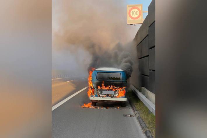 Kleinbus auf Autobahn ausgebrannt