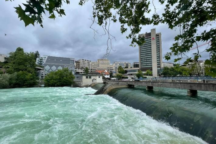Viel Wasser in der Limmat in Zürich.