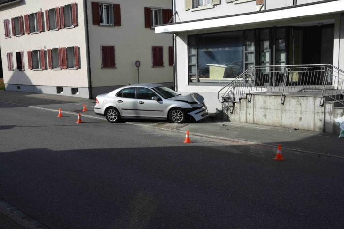 Mit Auto gegen Treppe gefahren in Ebnat-Kappel