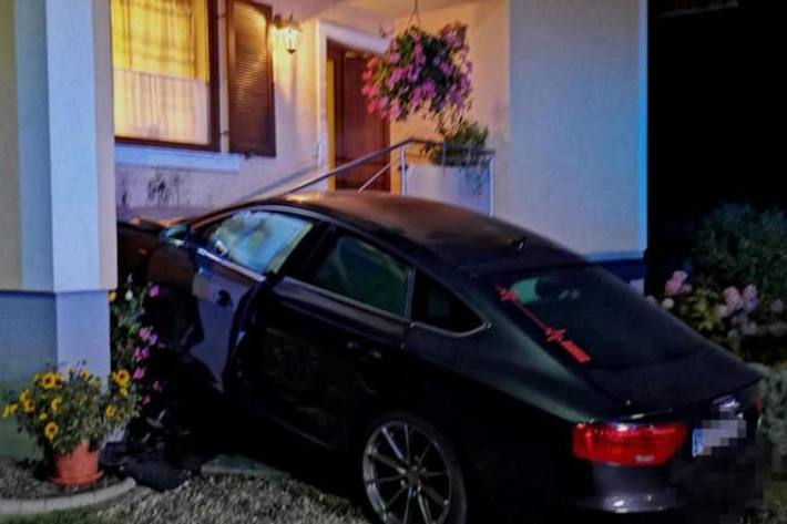 Zwei Insassen im Audi verletzten sich beim heftigen Aufprall.