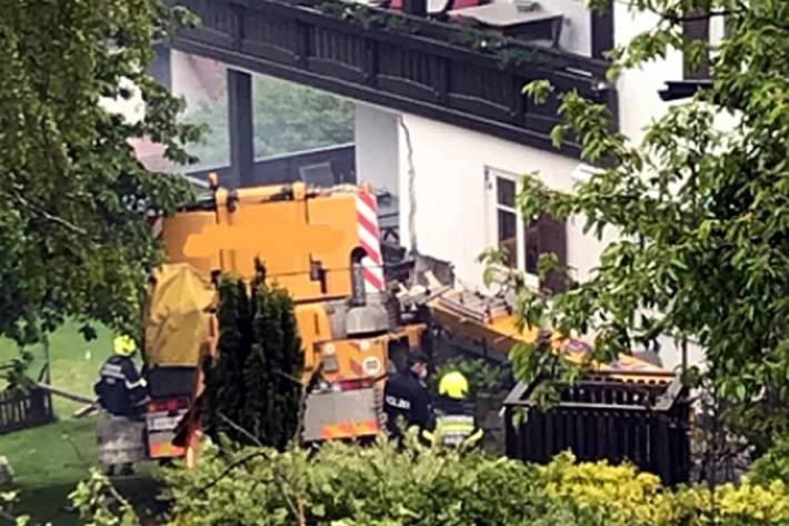 Ein Autokran kam von der abschüssigen Straße ab und krachte in eine Hauswand in Anger