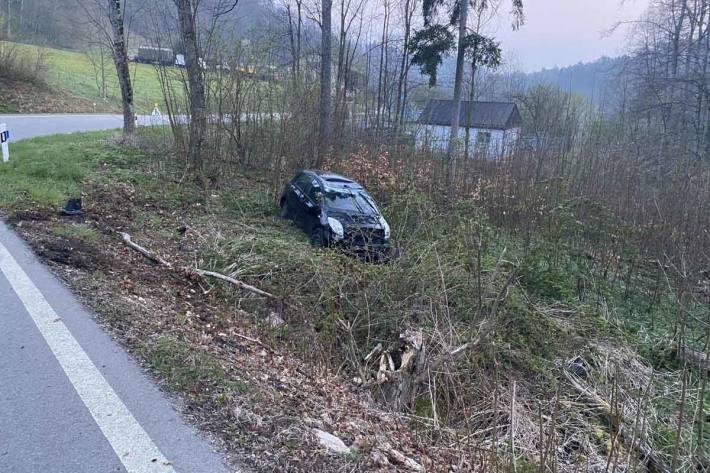 Personenwagenlenkerin verursacht Selbstunfall in Arboldswil