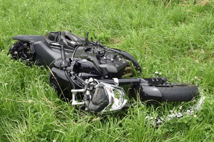 Beim Unfall in Roggliswil LU verletzte sich der Motorradlenker erheblich.