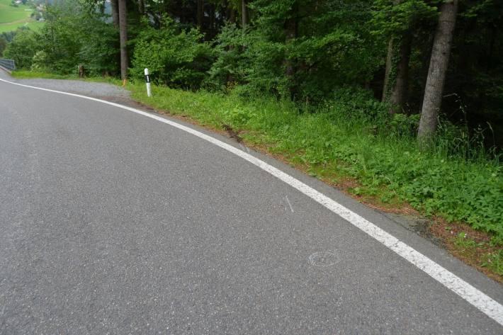 In einer Kurve hat er die Kontrolle über sein Motorrad verloren.