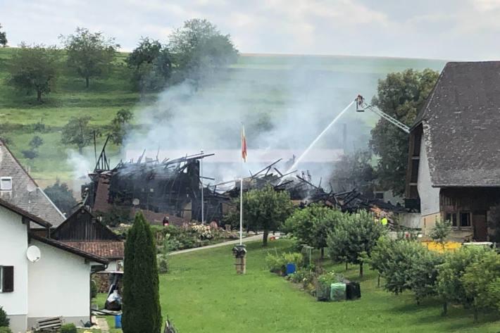 Löscharbeiten am niedergebrannten Bauernhaus