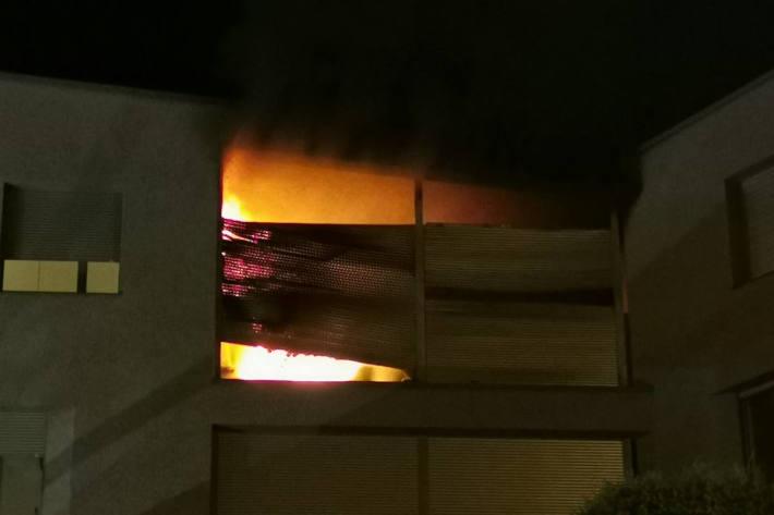 Wohnung nach Balkonbrand unbewohnbar  in Sins
