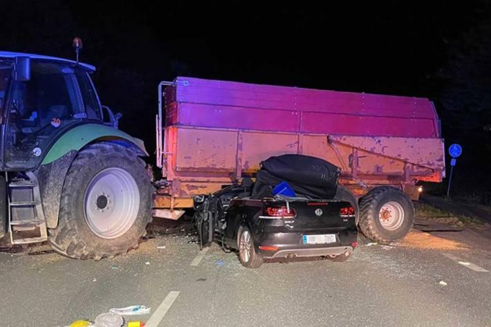 Ein Golf Cabrio war unter den Anhänger eines landwirtschaftlichen Gespannes geprallt und eingeklemmt