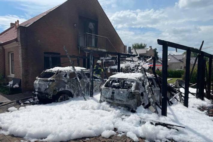Zwischen zwei Wohnhäuser standen zwei Carports mit jeweils einem PKW darin in Flammen