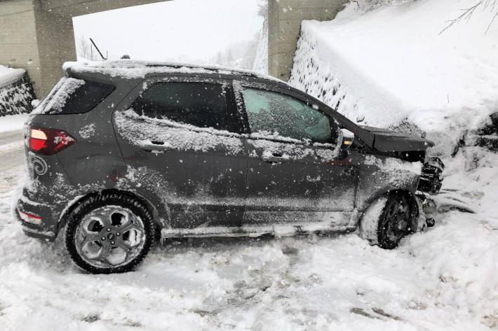 Auf schneebedeckter Fahrbahn gegen Mauer gekracht in Rüti GL