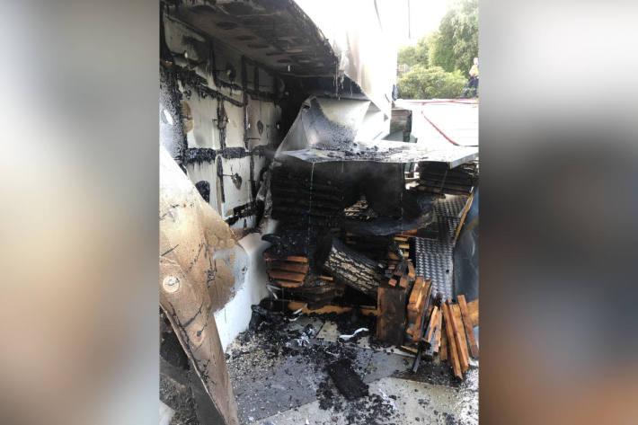 Bretterlager und Hausfassade in Brand geraten