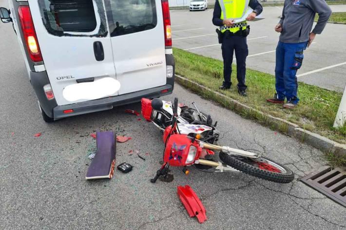 Ein Mopedlenker hatte übersehen, dass die Fahrzeugkolonne vor ihm zum Stehen gekommen war und krachte ungebremst in einen Kleintransporter