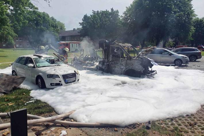 Der abgestellte Rettungswagen befand sich neben mehreren weiteren PKWs auf einer Parkplatzfläche in Vollbrand
