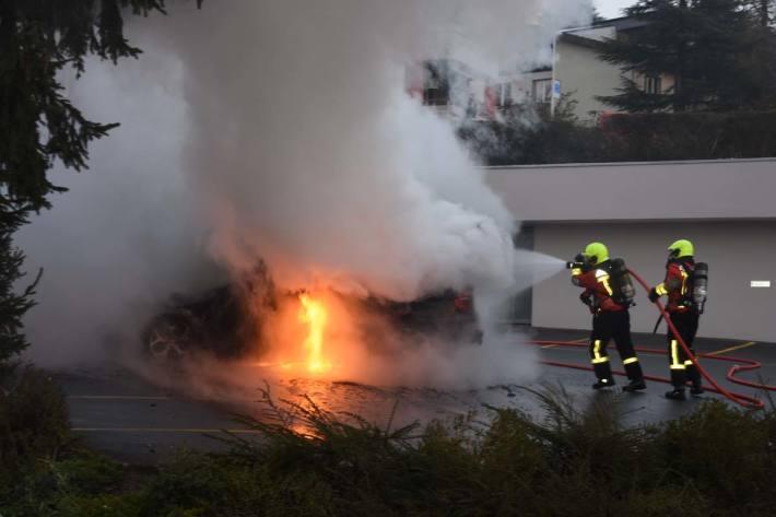 Als die ersten Rettungskräfte in Gossau eintrafen, stand das Auto bereits in Vollbrand