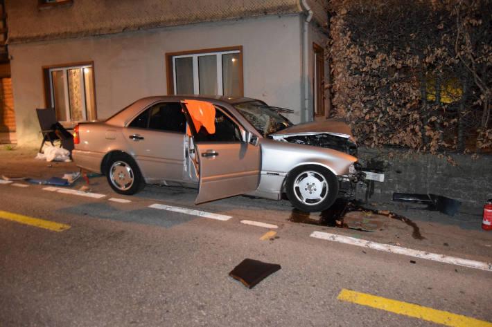 Stark beschädigtes Unfallfahrzeug in Heiden AR