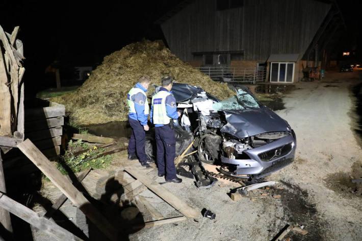 Völlig zerstörtes Fahrzeug nach Unfall mit lebensbedrohlich verletzter Person in Peney-le-Jorat
